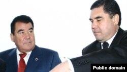 Ozalky prezident S.Nyýazow (çepde), ozalky saglyk ministri G.Berdimuhamedow.