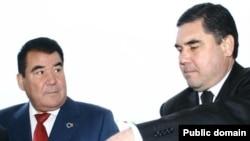 Türkmenistanyň öňki prezidenti Saparmyrat Nyýazow we häzirki prezident Gurbanguly Berdimuhamedow. Arhiwden alnan surat