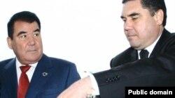 Türkmenistanyň ozalky prezidenti Saparmyrat Nyýazow (çepde) we şol wagtky saglyk ministri Gurbanguly Berdimuhamedow.