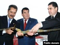 Saparmurad Niyazov (ortada) və keçmiş səhiyyə naziri, indiki prezident Gurbanguly Berdimuhamedov (sağda)