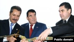 Ozalky prezident Saparmyrat Nyýazow türk işewüri Ahmet Çalyk we saglyk ministri Gurbanguly Berdimuhamedow bilen täze desgany açýar. Arhiw suraty