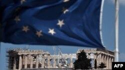 Флаг ЕС на фоне античных руин в Афинах.