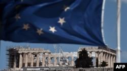 Флаг Евросоюза на фоне Акрополя в Афинах. Иллюстративное фото.