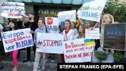 Учасники пікету біля посольства Німеччини в Україні на знак протесту проти рішення Парламентської асамблеї Ради Європи про повернення представників Росії у ПАРЄ. Київ, 25 червня 2019 року