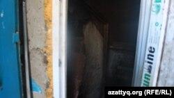 Дверь, ведущая в подвал дома № 34 по улице Аскарова в Шымкенте. 6 декабря 2017 года.