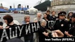 Foști disidenți ruși între care Natalia Gorbanevskaia la un protest în Piața Roșie la 25 august 2013