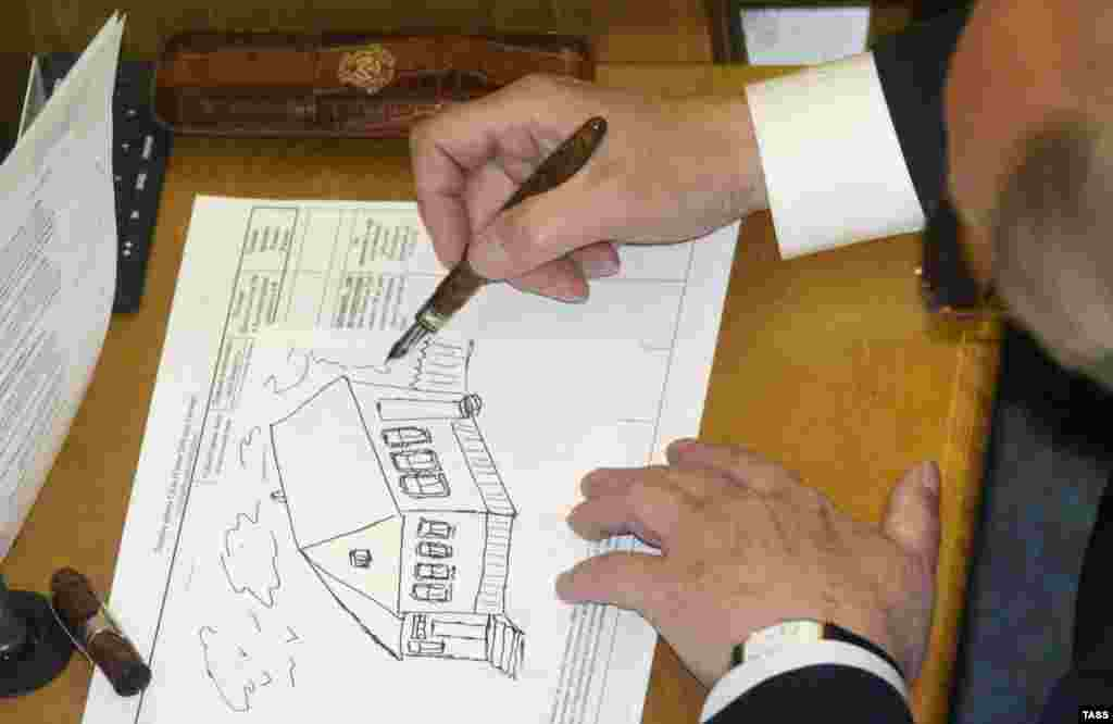 Депутаты Госдумы РФ время от времени зарисовывают ключевые моменты заседания. Напрмер, этот увлечен принятием нового жилищного кодекса