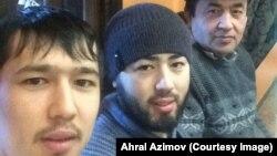 Акрам жана Аброр Азимов атасы менен.