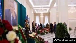 Қазақстан президенті Нұрсұлтан Назарбаев Өзбекстанның қайтыс болған президенті Ислам Каримовтың портреті алдында тұр. Самарқан, 12 қыркүйек 2016 жыл. (Ақорда сайтынан алынған фото.)