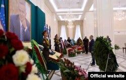 Қазақстан президенті Нұрсұлтан Назарбаев Өзбекстанның қайтыс болған президенті Ислам Каримовтың басына гүл қою рәсімінде. Самарқанд, 12 қыркүйек 2016 жыл. (Ақорда сайтынан алынған фото)