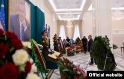 Президент Казахстана Нурсултан Назарбаев у портрета Ислама Каримова. Самарканд, 12 сентября 2016 года.