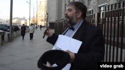 Участник пикета против «закона Ротенберга» у здания Госдумы в Москве.