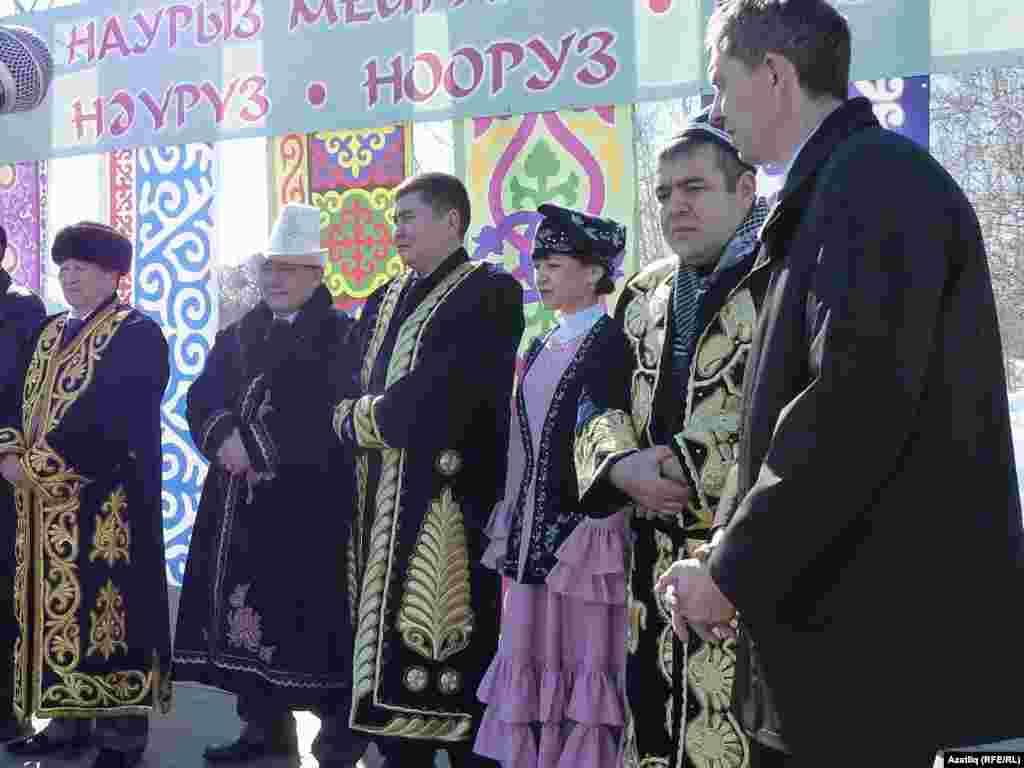 Сәхнәдә казакъ, кыргыз, үзбәк, татар, таҗик халыклары вәкилләре