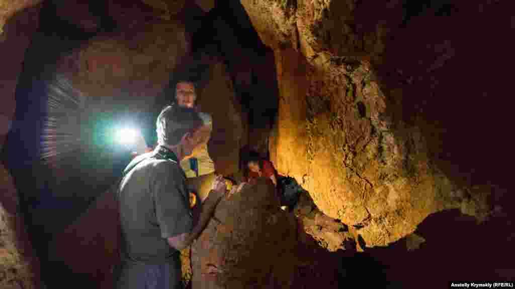 Сама расщелина больше похожа на пещеру