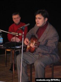 Зьміцер Бартосік выступае на прэзэнтацыі кнігі Сяргея Абламейкі (у кадры зьлева) «EGOізмы», 2005 год