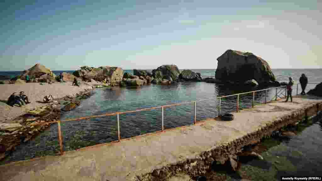 Путь к детскому пляжу в Алупке. Больше фотографий южнобережного курорта в фотогалерее