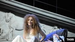 Практически весь финал спектакля держится на одной Полине Кутеповой