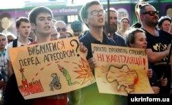 Під час акції «Зупини капітуляцію» біля будівлі Харківської ОДА. Харків, 10 червня 2019 року