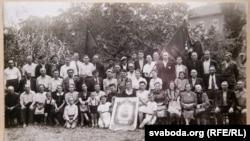 Зустріч Союзу радянських патріотів у Франції. Зіна та Алесь Сологуби тримають портрет Сталіна