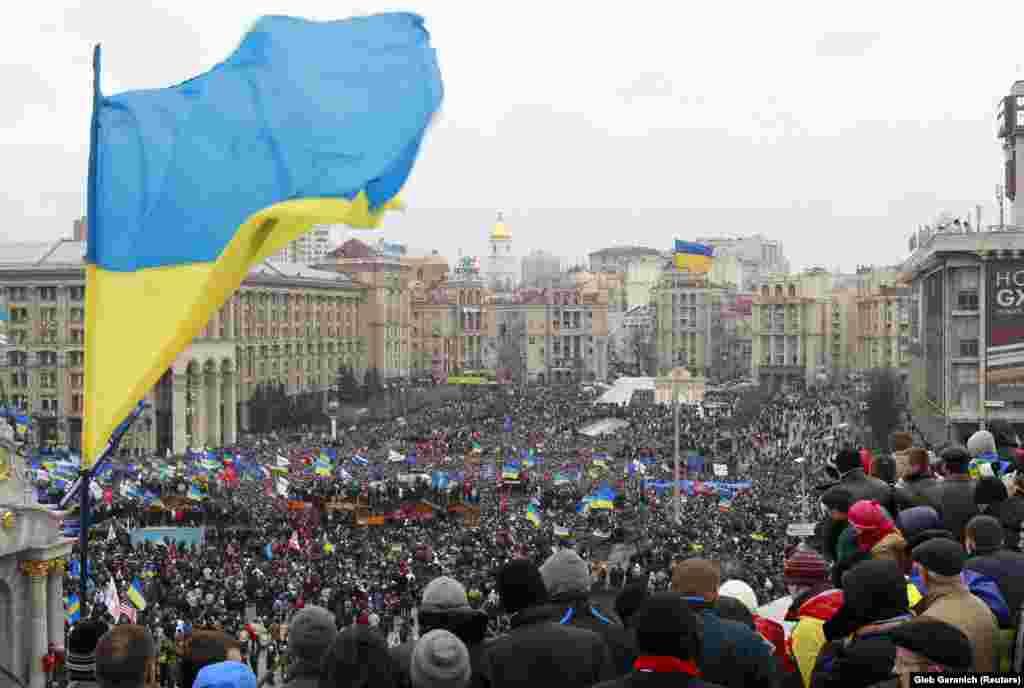 Дії «Беркуту» викликали нові протести в Києві. 1 грудня протестувальники знову зайняли майдан. Зіткнення з урядовими силами і обмін ультиматумами тривали до кінця місяця