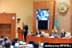 Министр финансов Болат Жамишев выступает в парламенте с законопроектом. Астана, 3 ноября 2011 года.