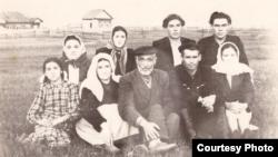 1954 елның июнендә Чормозда сөргенлектәге кырымтатарлар. Арткы рәттә уңнан икенче – Нури Эмирвелиев, уңнан өченче – әнисе Атидже Эмирвелиева