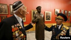 Ռուսաստան - Հայրենական մեծ պատերազմի վետերանները Ստալինի արձանի մոտ՝ Մեծ հայրենականի թանգարանում, արխիվ