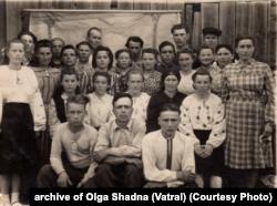 Група депортованих, які працювали на лісоповалі. Мама Ольги – друга справа у другому ряду. Початок 1950-х років