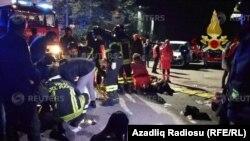 Службы ЧС оказывают помощь пострадавших во время давки в клубе в Коринальдо, Италия.