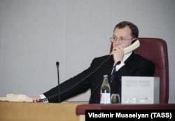 Премьер-министр РФ Сергей Кириенко во время внеочередного заседания Госдумы, 21 августа 1998