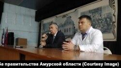 Министр здравоохранения Андрей Субботин представляет и.о. главврача больницы Андрея Роговченко