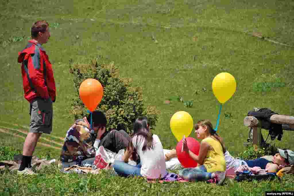 Акцияны ұйымдастырушылар балаларға шар таратты.