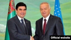 Президент Туркменистана Гурбангулы Бердымухамедов (слева) и президент Узбекистана Ислам Каримов.