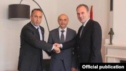 Udhëheqësit e tri partive të koalicionit pas zgjedhor, LDK, AAK dhe Nisma.
