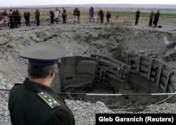 Офіцер української армії проводить інспекцію знищення пускової установки ракети СС-24 недалеко від Первомайська Миколаївської області. До кінця 2001 року Україна знищила всі 46 міжконтинентальних балістичних ракет