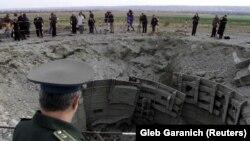 Офицер украинской армии проводит инспекцию уничтожения пусковой установки ракеты СС-24 неподалеку от Первомайска в Николаевской области. Октябрь 2001 года