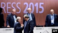 Новообраний президент ФІФА Блаттер тисне руку президентові УЄФА Платіні. Цюріх, 29 травня 2015 року