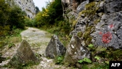 Disa pengesa të vendosura në fshatin Çakorr, në kufi mes Kosovës dhe Malit të Zi. Foto nga arkivi