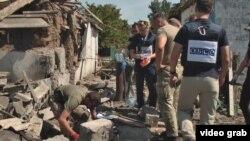 Наблюдатели ОБСЕ посреди разрушений в Донбассе, Украина.