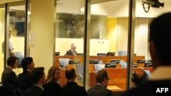 Pogled iz novinarske sobe na sudnicu Tribunala tokom suđenja Kardžiću, arhivska fotografija