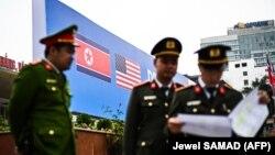 پلیس ویتنام کنار بیلبوردی با پرچمهای آمریکا و کره شمالی در هانوی؛ دونالد ترامپ و کیم جونگاون قرار است برای دومین بار در ۸ و ۹ اسفند در ویتنام دیدار کنند