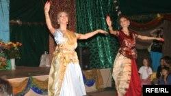 Представительницы общины кришнаитов исполняют танец в День рождения Кришны. Алматинская область, 14 августа 2009 года. Иллюстративное фото.