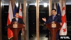 დონალდ ტუსკი, პოლონეთის პრემიერ-მინისტრი (მარჯვნივ) და საქართველოს პრეზიდენტი მიხეილ სააკაშვილი