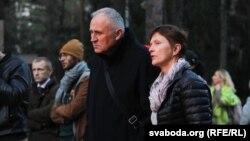 Мікола Статкевіч з жонкай Марынай Адамовіч на крыжовым шляху ў Курапатах, 4 красавіка