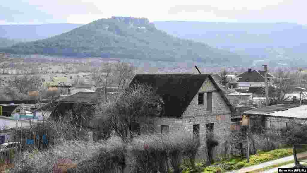 За південною околицею Красного Маку, ближче до села Залісне, розташована природна пам'ятка, що має назву «Сфінкси Каралезької долини»