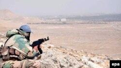 تصویری از خبرگزاری دولتی سوریه، یکی از نیروهای ارتش آن کشور را در جریان عملیات روزهای گذشته نشان میدهد