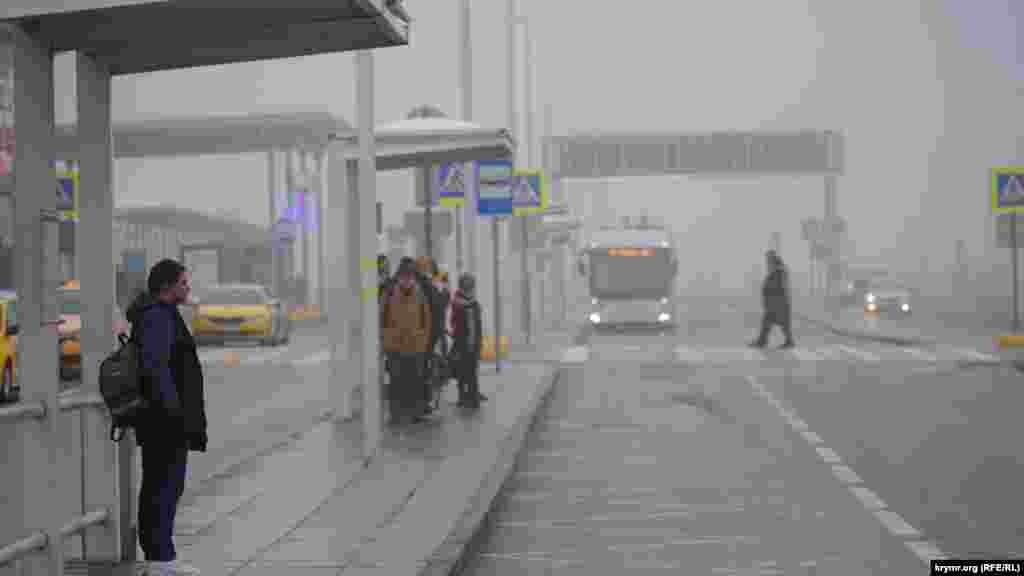 Прибывает маршрутный автобус, который курсирует между аэропортом Симферополя и железнодорожным вокзалом