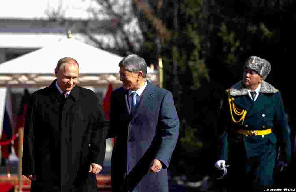 Жолугушуу учурунда президент Алмазбек АтамбаевКыргызстан менен Орусиянын ортосундагы мамиле жакшы нукка түшүп калганын айтты.