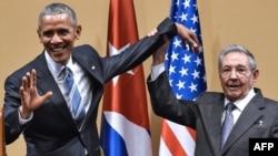Барак Обама (чапда) Куба раҳбари Рауль Кастро билан 2015 йилда учрашган эди.