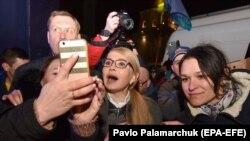 Yulia Tymoshenko (ortada) tərəfdarları ilə selfi çəkir